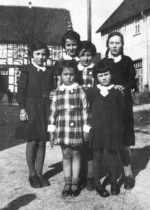 Inge Lichtenstein *1930 aus Volkmarsen- vorne links Susi Hamberg *1929 aus Breuna - vorne rechts Ilse Lichtenstein *1923 aus Volkmarsen - rechts hinten Irmgard Hamberg aus Breuna * 1923 - hinten links