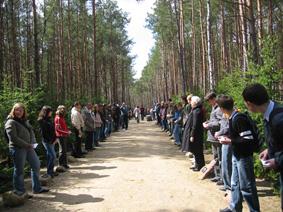 Rok 2007, wspólne uroczystości upamiętniające z udziałem grupy uczniów z Włodawy w ramach podróży edukacyjnej do obozów śmierci Akcji Reinhardt